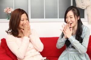笑顔で会話する二人の女性