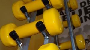 黄色いダンベル