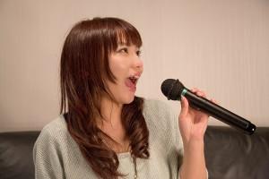 カラオケを歌う女性