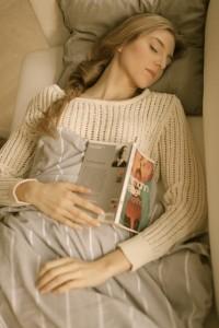 布団で眠る外国人女性