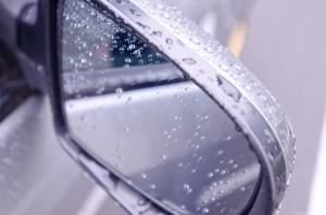 雨に濡れたサイドミラー