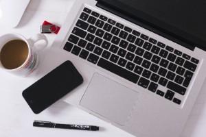 ノートパソコンとスマホとコーヒー
