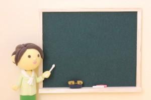 黒板と女性教師