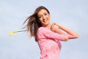 ゴルフをする外国人女性