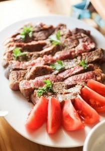 ステーキとカットトマト