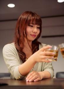 お酒で乾杯する女性