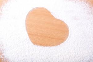ハート型にくりぬいた片栗粉